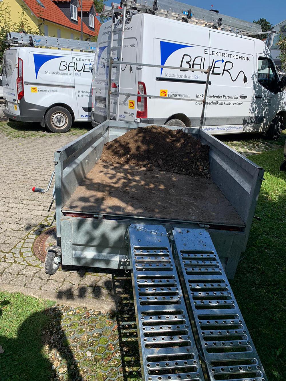 Erde auf den Hänger laden - Neugestaltung des Außenbereichs - Elektrotechnik Bauer - Ihr Partner für Elektrotechnik im Fünfseenland